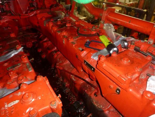 Engine saddle without fuel pumps